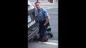 Op de foto is te zien hoe een blanke agent de zwarte man toetakelt.