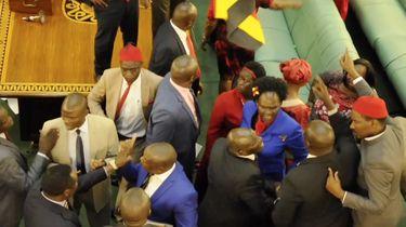 Vechtende politici in het parlement van Oeganda