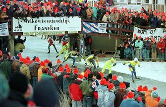 Een foto van grote drukte in Franeker tijdens de Elfstedentocht van 1997