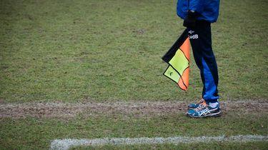 Voetballers slaan grensrechter tegen de vlakte