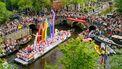 Op deze foto zie je de Canal Parade door de Amsterdamse grachten. De botenparade is het hoogtepunt en de afsluiting van de Gay Pride van Amsterdam.