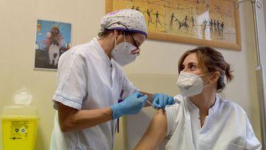 Een foto van een vaccinatie van een verpleegkundige in Rome