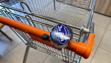 Supermarkt plaatst fietsbel op winkelkar, 'zo kan de afstand worden bewaard'