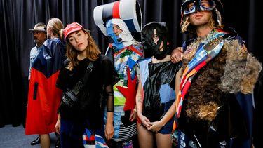 Talentvolle mode-ontwerpster Jessica van Halteren en de jas van mensenhaar / Foto: Team Peter Stigter