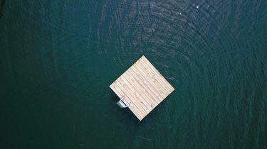 Zelfgemaakt vlot bij IJmuiden uit zee gehaald