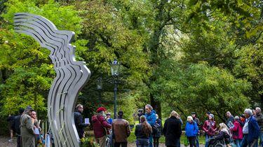 Bloemen bij het herdenkingsmonument De Schreeuw in het Oosterpark, 15 jaar na de moord op Theo van Gogh.