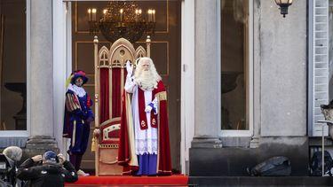 Een foto van Sint en Piet bij hun paleis tijdens de intocht