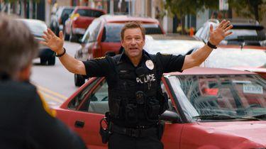Een actiefoto van Aaron Eckhart als agent Frank Penny.