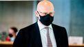 Een foto van minister Ferd Grapperhaus met een mondkapje op; hij wil een verbod op het verkopen van messen aan jongeren