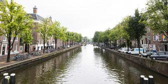 Een foto van een lege Nieuwe Herengracht in Amsterdam