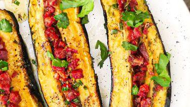 Op deze foto zie je bakbanaan van de barbecue met chorizo en limoen
