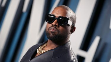 Een foto van Kanye West, hij heeft een zonnebril op
