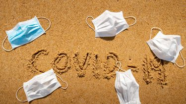 Foto van mondkapjes op strand