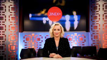 Portret van presentatrice Eva Jinek in het decor van het praatprogramma Jinek.