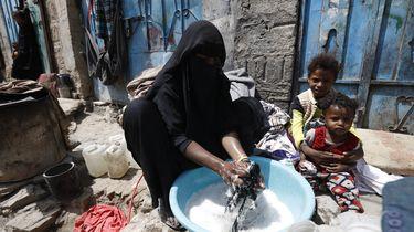 Een foto van een moeder en kinderen in Jemen.