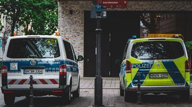 Op deze foto zijn twee auto's te zien van de Duitse politie.