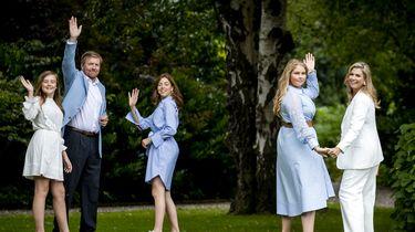 Een foto van de leden van het koninklijk huis, zwaaiend in hun tuin