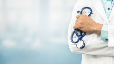 Man verkleed als verpleegkundige maakt slechte coronagrap in supermarkt