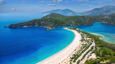 Op deze foto zie je een prachtige zee bij Oludeniz, Turkije