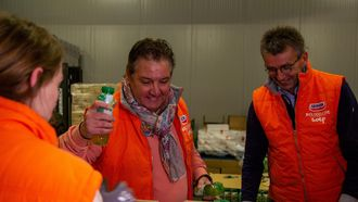 Kerstpakketten inpakken bij de voedselbank met René Froger