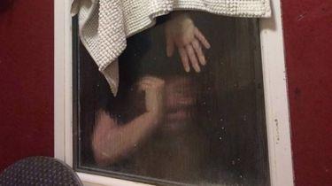 Studente zit vast in wc-raam tijdens Tinderdate