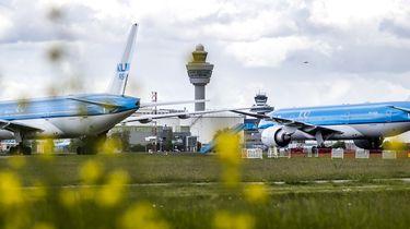 Op deze foto zie je toestellen van de KLM op luchthaven Schiphol.