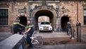 Foto van het Binnenhof met politie ervoor.