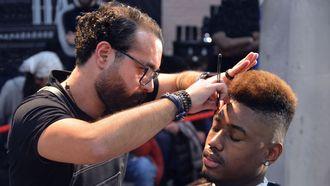 Docent Alaa Hallak van de Hair Kappersopleiding tijdens de Barber Battle in Amsterdam, een jaarlijkse competitie speciaal voor barbiers.
