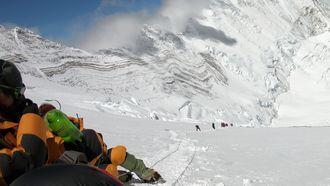 Schoonmakers rapen tonnen afval van Mountain Everest