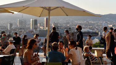 Foto van een druk terras in Barcelona