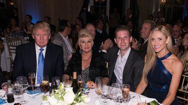 Een foto van Donald, Ivana en Eric Trump.