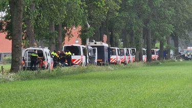 Op deze foto zie je protesterende boeren die gearresteerd worden door de politie
