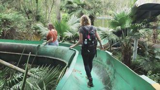 Reismeisjes: toeren door een verlaten waterpark
