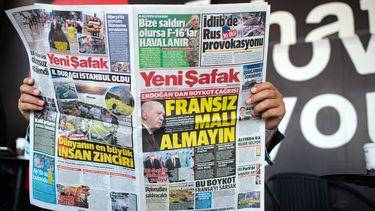 Een Turkse krant met 'Koop geen Franse producten' op de voorpagina.