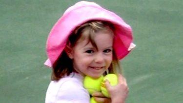 Op deze foto zie je Madeleine McCann met een roze mutsje op, ze houdt tennisballen vast.