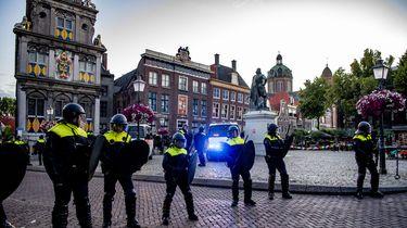 De ME sluit het plein de Roode Steen bij het standbeeld van Jan Pieterszoon Coen af. Bij een demonstratie op een andere plek in de stad tegen het beeld moest de politie in actie komen toen betogers zich verzetten. De betoging werd voortijdig afgebroken