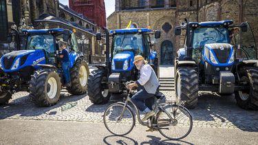 Een foto van drie tractoren tijdens een protest in Maastricht