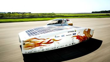 Een foto van de zonne-auto die het record brak.