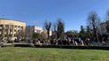 Een foto van mensen in Kroatië die massaal naar buiten zijn gegaan