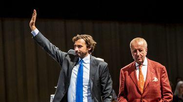 hierry Baudet en Theo Hiddema komen terug op het podium nadat een bijeenkomst van Forum voor Democratie enige tijd was stilgelegd.