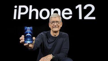 Een foto van Tim Cook met de iPhone 12
