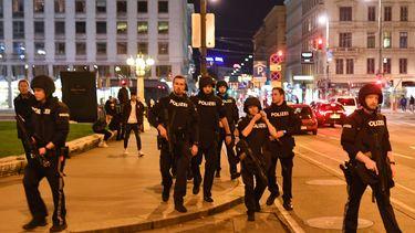 Een foto van hartje Wenen vol politieagenten