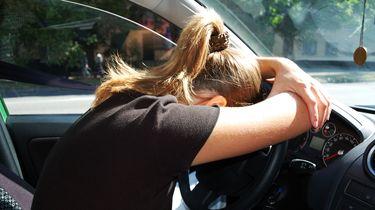 Slaaptekort als gevolg van de zomertijd zorgt voor ongelukken in het verkeer   colourbox