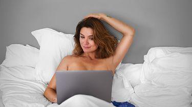 Een foto van Evi Hanssen met een laptop in bed