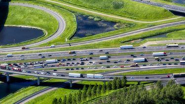 Op deze foto zie je files in Nederland.