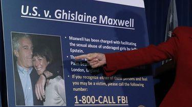 Een foto waarop Jeffrey Epstein en Ghislaine Maxwell te zien zijn tijdens een persconferentie van de FBIl