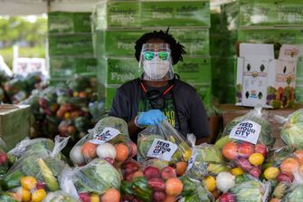 Een foto van een marktkoopman met gezichtsbescherming in Miami.
