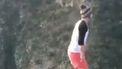 Op deze foto doet een jongen een salto boven een afgrond.