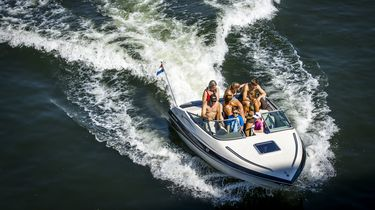 Een foto van mensen die varen tijdens mooi weer