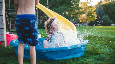 foto van kinderen in zwembadje